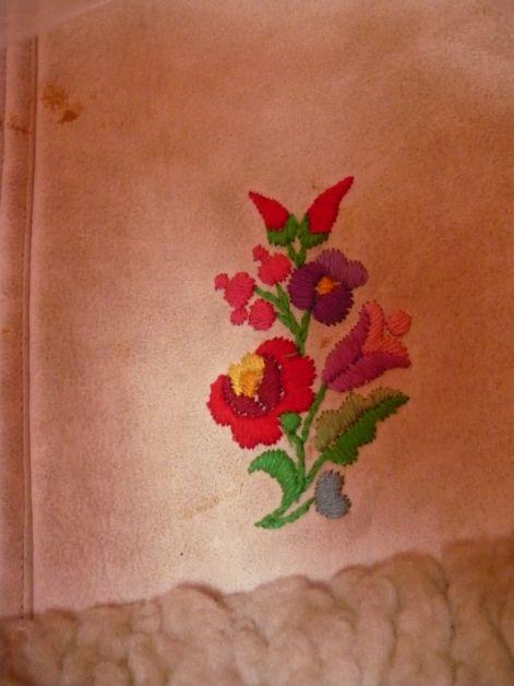 178614e9bd A XVIII. századtól barnára festik a bőröket méghozzá a tölgyfa gubacsával  esetleg taplóval. ezeken a színes bőrruhákon már nem rátét van hanem hímzés  ...